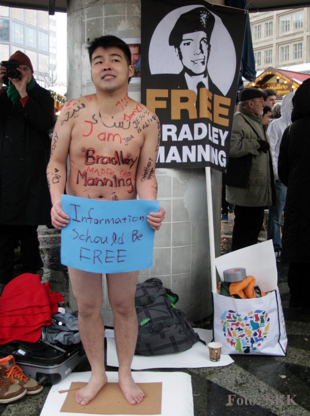 Jason Búo-Shù Huang an der Weltzeituhr Berlin