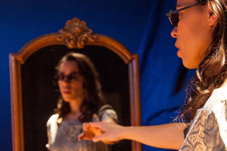 Der konische Spiegel - von Fenix Teatro mit Ana Mena