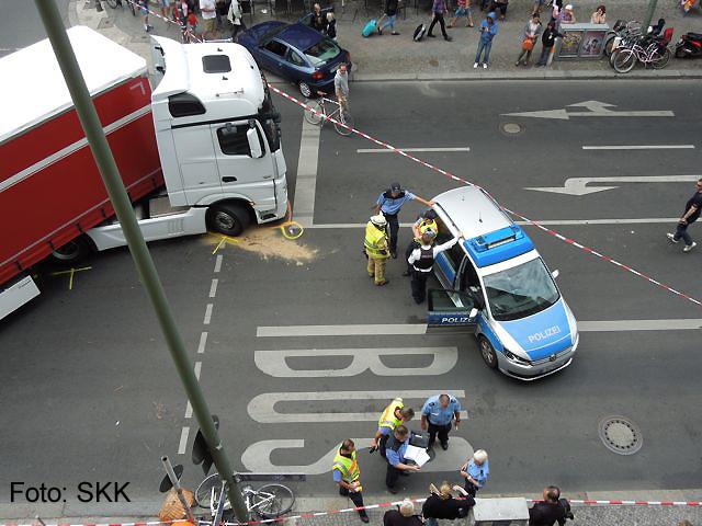 lastwagen erfasst radfahrerin kochstraße (1)