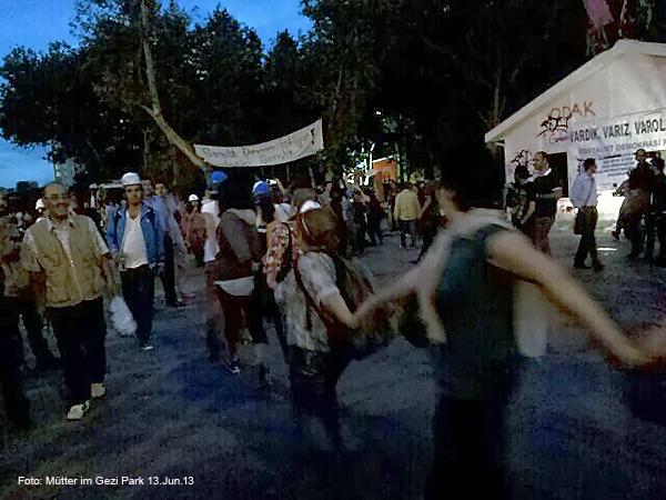 mütter im gezi park bildeten menschenkette als schutz