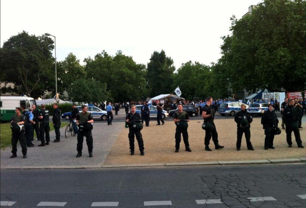 Messer-Attacke refugee camp oranienplatz - Poliezi umstellt den Platz