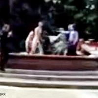Nackter Mann von Polizist im Neptunbrunnen erschossen. Zeugen sagen aus. War es Selbstmord?