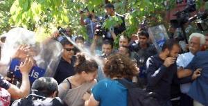 Polizeiattacke bei Protest wegen Straßenbaus durch ein Universitätsgelände in Ankara