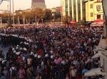 Bei einer Demo in Istanbul unterstützten Menschen den Protest einer Familie, deren vierzehnjähriger Sohn Mehmet Ayvalitas am 15. Juni von einer Gasgranate getroffen wurde und seitdem im Koma liegt. Die Polizei sperrt den Taksim Platz