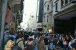 Bei einer Demo in Istanbul unterstützten Menschen den Protest einer Familie, deren vierzehnjähriger Sohn Mehmet Ayvalitas am 15. Juni von einer Gasgranate getroffen wurde und seitdem im Koma liegt. Die Polizei sperrt den Zugang in das Geschäftsviertel