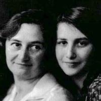 Zwei Kerzen brannten in Gedenken an Ella und Richard Gattel vor der Prinzenallee 58