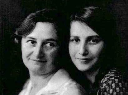 Anni Wolf mit ihrer Mutter 1930 schnitt