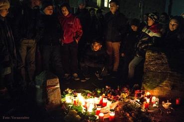 trauernde in Hamburg nach feuer in asylunterkunft