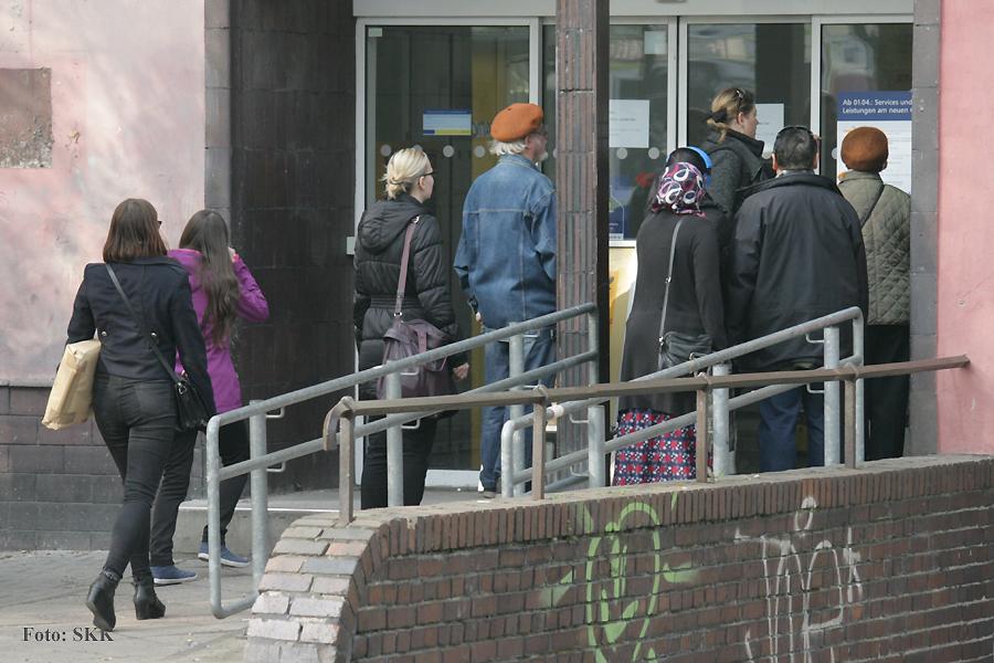 Überraschte Kunden vor der geschlossenen Postbank in der Osloer Straße 18