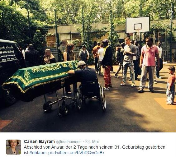 Trauer nach Tod eines Refugee gerhart-hauptmann-schule ohlauer straße berlin kreuzberg (6)
