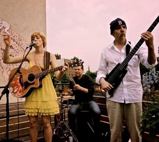 Das Trio besteht aus der Neuseeländerin Teresa Bergman Vocals Gitarre Alex Skoczowsky Cajun Percussion Frank Schulze Bass