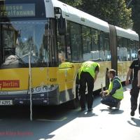 Frau bei einem Zusammenprall mit BVG-Bus in der Wollankstraße lebensgefährlich verletzt