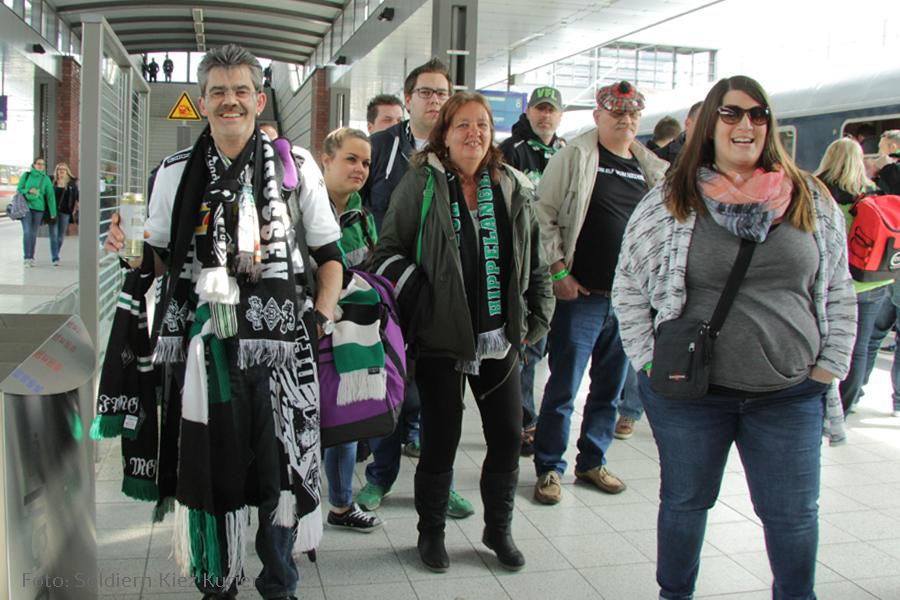 möchengaldbach fans kommen gesundbrunnen berlin an  (6)