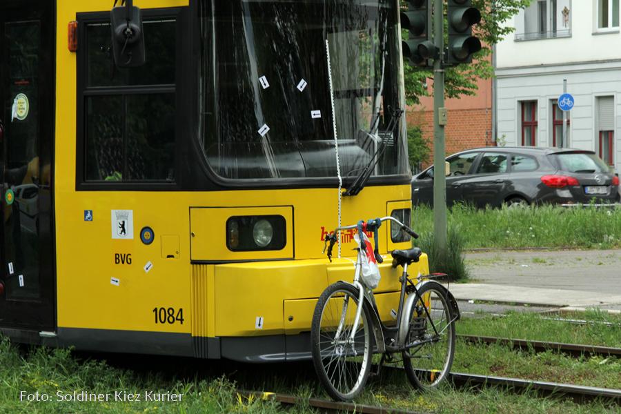 tram m13 überrolt in der Seestrasse Fahrradfahrer (1)