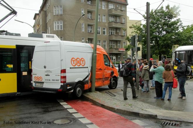 Tramunfall kleintransporter osloer ecke Prinzenallee (1)