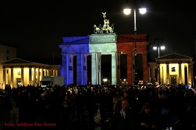 nachdenken paris Anschlag Brandenburger tor Berlin (1)