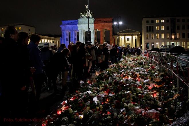 nachdenken paris Anschlag Brandenburger tor Berlin (2)
