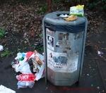 überfüllte Müllkörbe spieplatz Pankeweg Soldiner Kiez