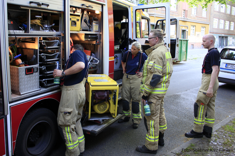Feuerwehrfrauen zersägen umgefallenen Baum in der Nordbahnstraße (8)