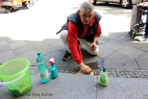 Stefan Frigge beim putzen der Stolpersteine Prinzenallee 58