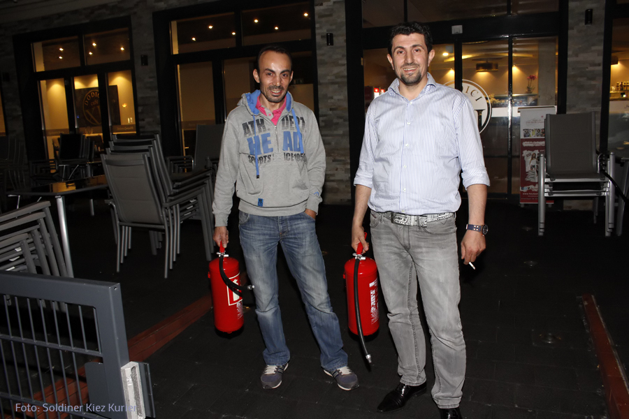 Serhan Türk r und Mitarbeiter Mohammed vom Cafe Dodici öschten Brand