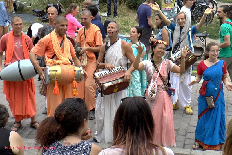 Devotees von Jagannatha Tempel Berlin im Mauerpark