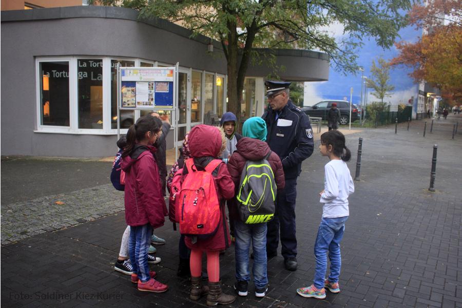 Kinder fragen Polizisten nach Horror Clowns zu Halloween.jpg