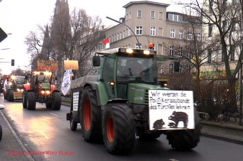 bauerndemo 2017 trecker konvoi durch Soldiner Kiez (1).jpg