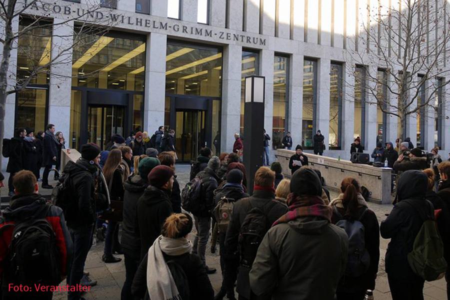 Kundgebung studenten gegen Enlassung Holm 16jan17 .jpg
