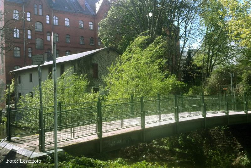 Deckenbelag der Pankebrück an der Bibliothke Luisenbad erneuert (1)