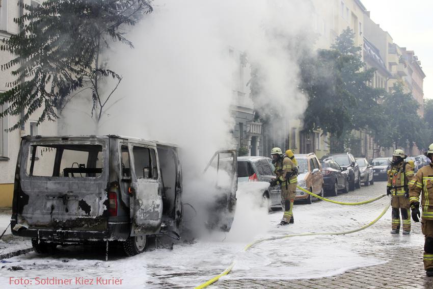 Kleintransporter Zechliner Straße Ecke Stockholmer Straße brannte aus (1)