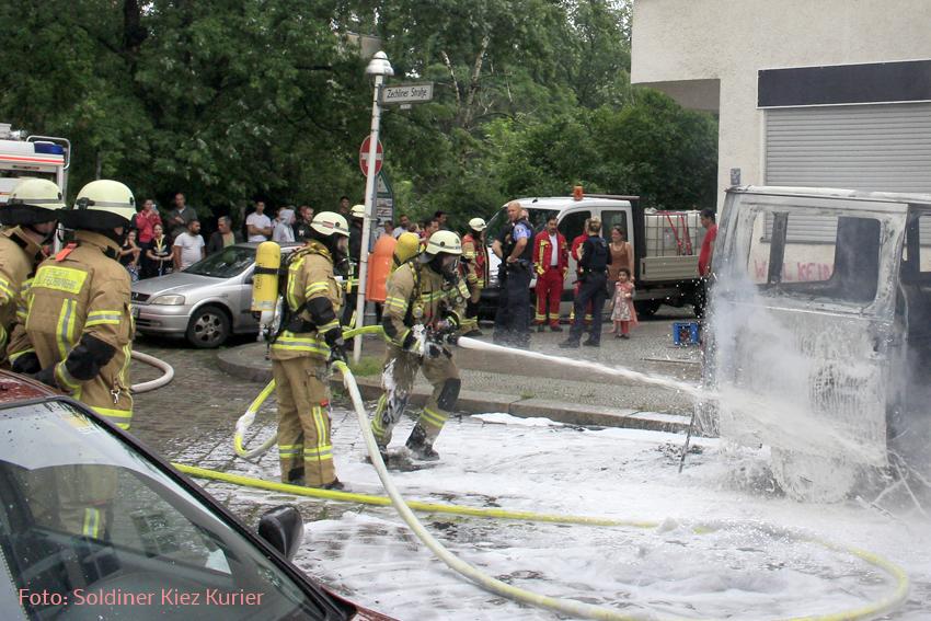 Kleintransporter Zechliner Straße Ecke Stockholmer Straße brannte aus (2).jpg