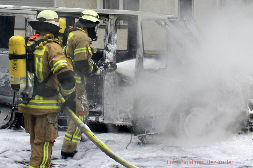 Kleintransporter Zechliner Straße Ecke Stockholmer Straße brannte aus (3).jpg