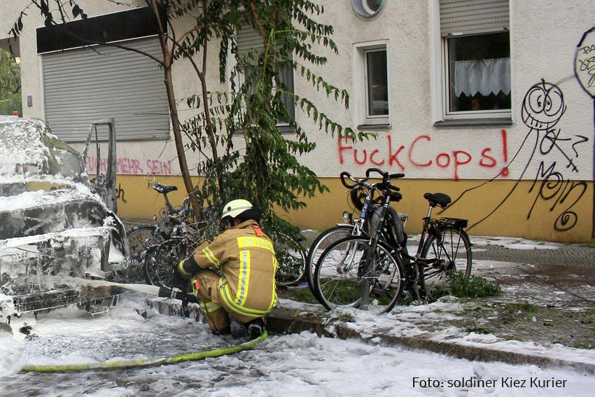 Kleintransporter Zechliner Straße Ecke Stockholmer Straße brannte aus (9)