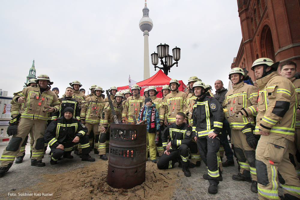berlinbrennt Feuerwehr vor der Feuertonne