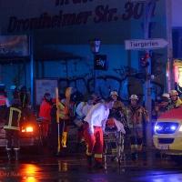 Auto rast in eine Gruppe von Feiernden an der Kreuzung Osloer Straße Prinzenallee