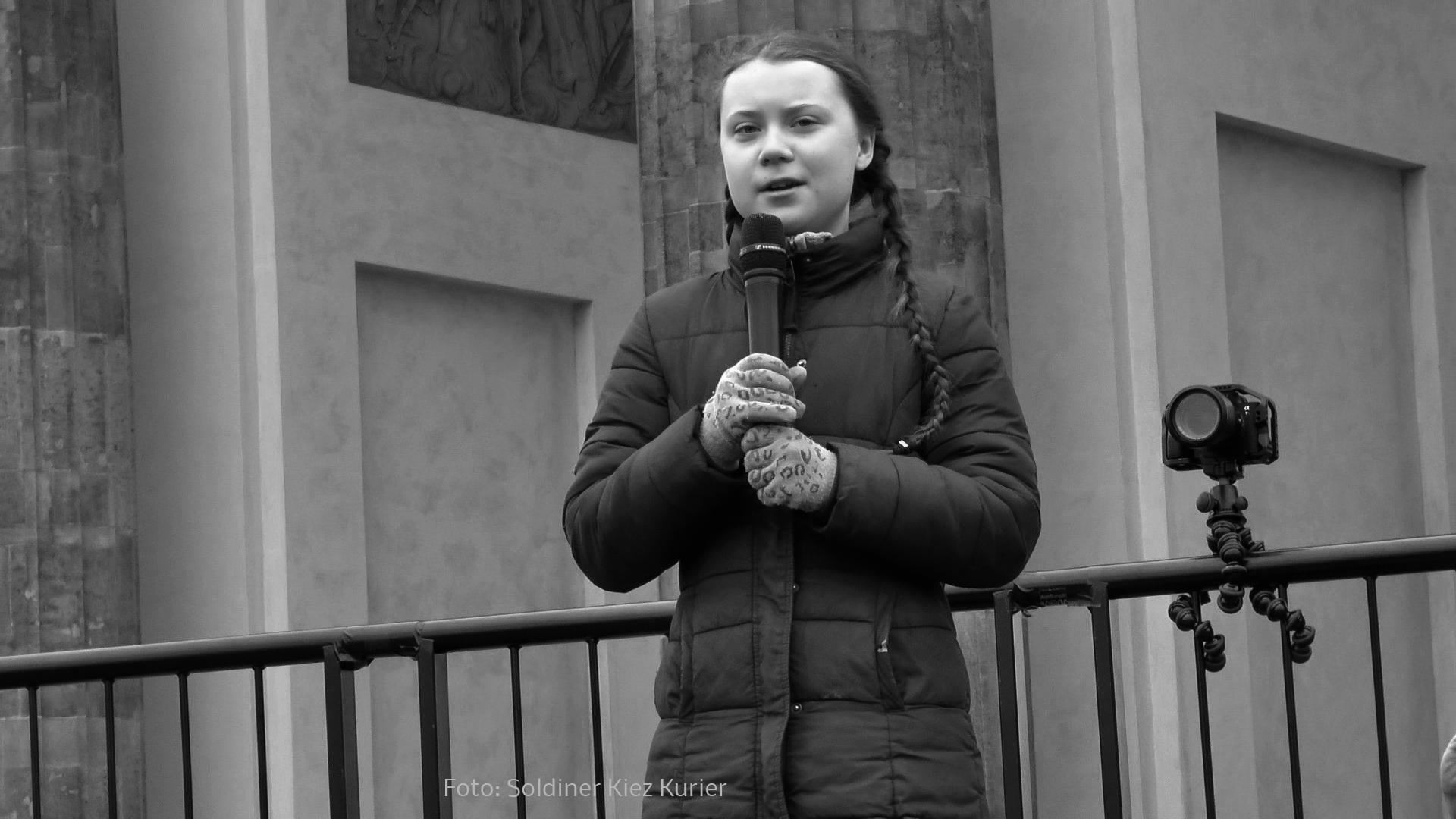 Greta am Brandenburger Tor (3).jpg