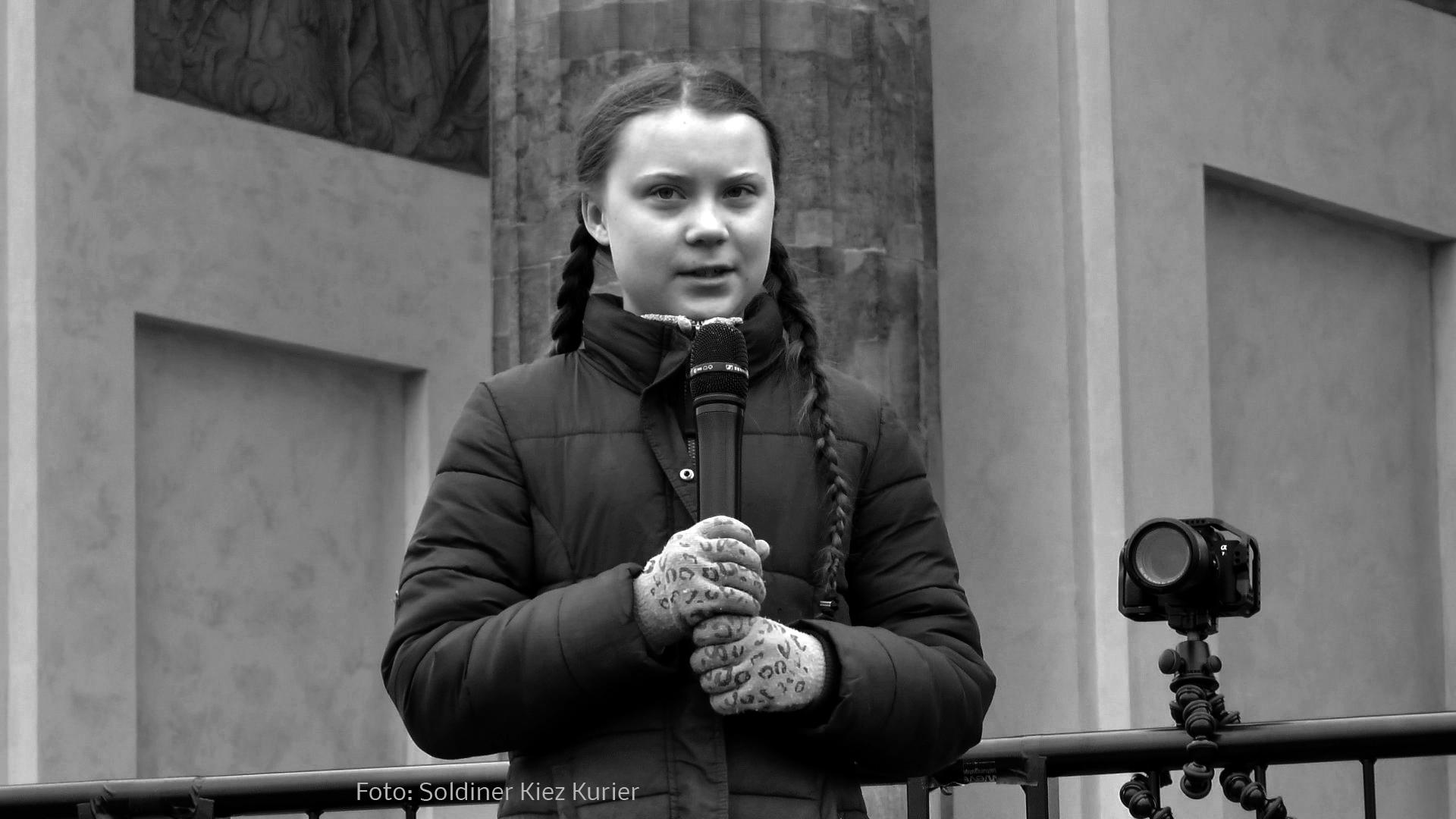 Greta am Brandenburger Tor (7).jpg