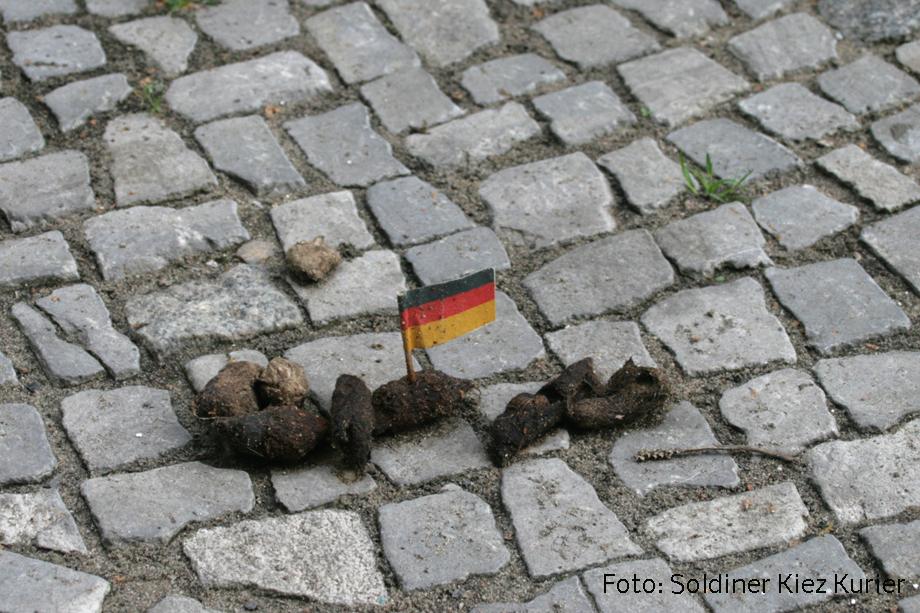 Soldiner Kiez Berlin Koloniestraße Kacke zeigt Flagge