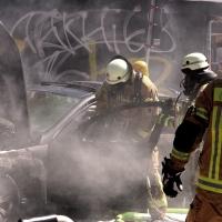 In heißer Sonne - Daimler brennt  in der Prinzenallee komplett aus