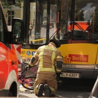 Kind überlebt Sturz unter BVG-Bus