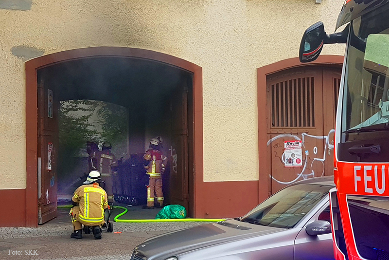 Müllcontainer brennt in Wohnhaus Soldiner Straße (1).jpg
