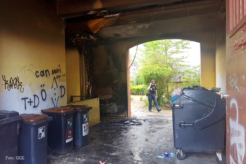 Müllcontainer brennt in Wohnhaus Soldiner Straße (5)