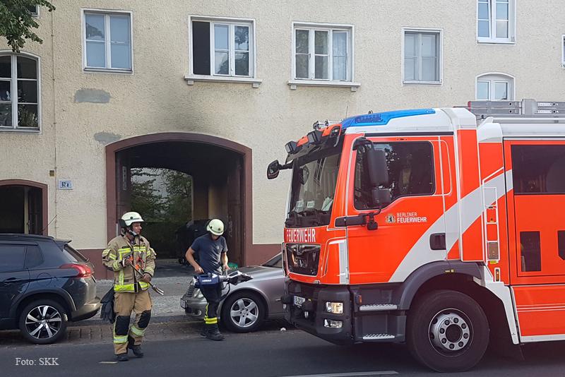 Müllcontainer brennt in Wohnhaus Soldiner Straße (6)