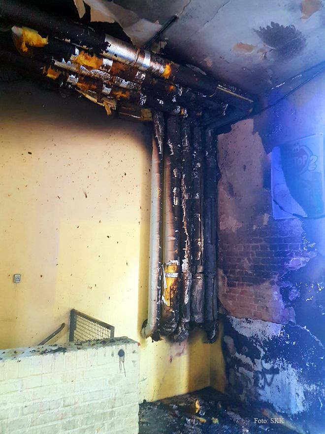 Müllcontainer brennt in Wohnhaus Soldiner Straße (7)